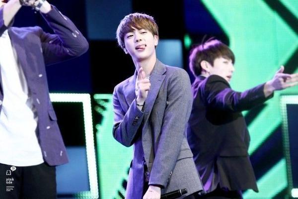 Jin (BTS) luôn đáng yêu mọi lúc mọi nơi.