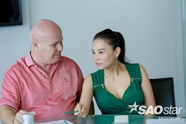 Thu Minh và chồng tại buổi họp báo