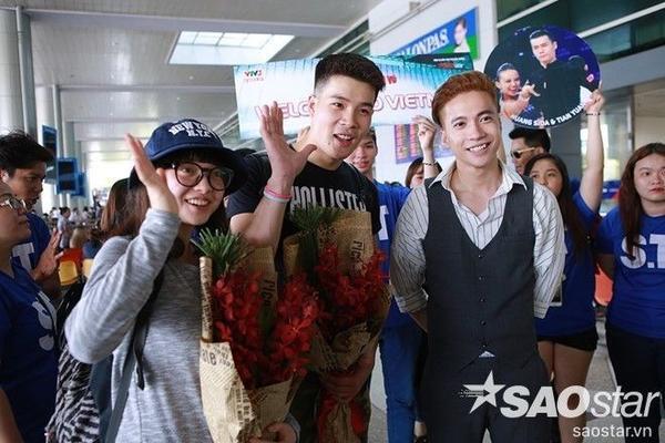 S.T đã ra tận sân bay để đón chào cặp đôi