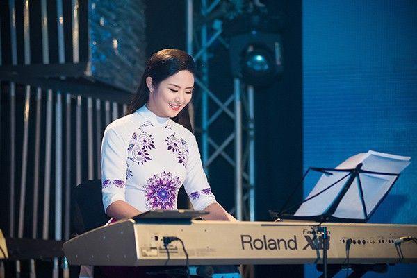 Sau phần giao lưu, Ngọc Hân còn trổ tài chơi piano ca khúc Trót yêu. Đây là bài hát mà cô và Á hậu Tú Anh cùng lựa chọn và năn nỉ thầy dạy đàn hướng dẫn.