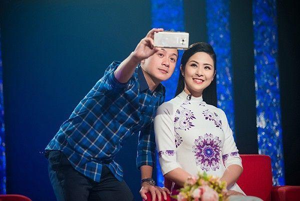 MC Anh Tuấn không quên chụp hình tự sướng cùng Hoa hậu Việt Nam 2010.