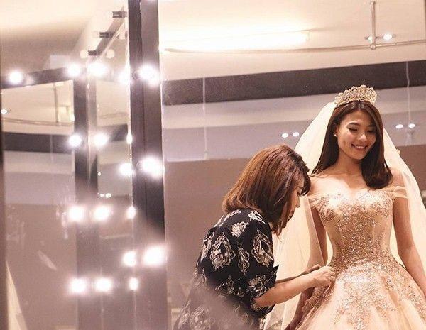 Cô dâu Thúy Diễm vô cùng xinh đẹp trong bộ váy cưới của nhà thiết kế Anh Thư.
