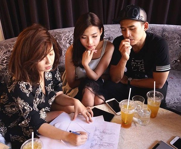 Theo chia sẻ từ ê-kíp, cặp đôi đẹp của làng điện ảnh Việt tiếp tục chọn nhà thiết kế Anh Thư và stylist Nguyễn Thiện Khiêm lo giúp mọi thứ trong tiệc cưới.