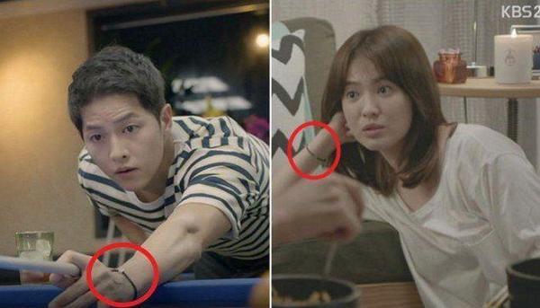 """Trên phim, hai người cũng """"vô tình"""" đeo vòng tay giống nhau. Mặc dù chiếc vòng tay có thiết kế rất đơn giản nhưng nó vẫn lọt vào tầm ngắm """"cú vọ"""" của các fan."""