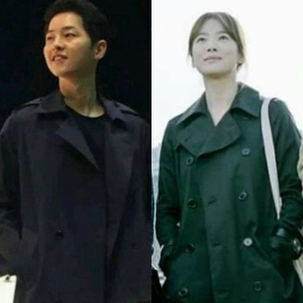 """Trong """"Hậu Duệ Mặt Trời"""", Song Hye Kyo từng diện một chiếc trench coat màu xanh navy và trùng hợp là Song Joong Ki cũng diện chiếc trench coat na ná như vậy khi về quê dự đám cưới bạn thân hồi đầu tháng 3 vừa qua."""