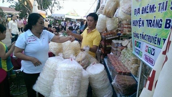 Người dân thích thú chọn bánh tại lễ hội.