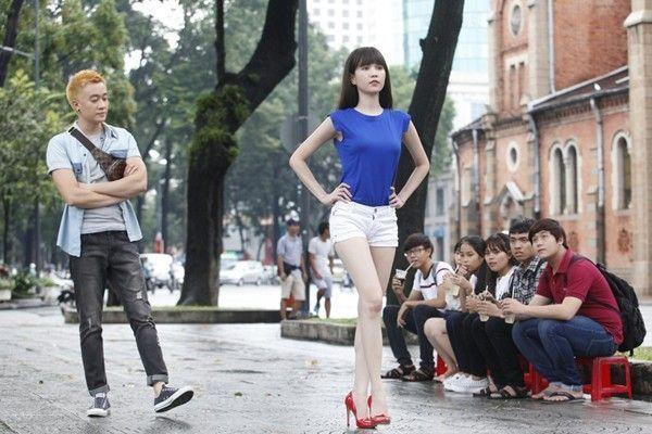 Lương Mạnh Hải với vai trò quản lý của Ngọc Trinh trong phim Vòng eo 56.