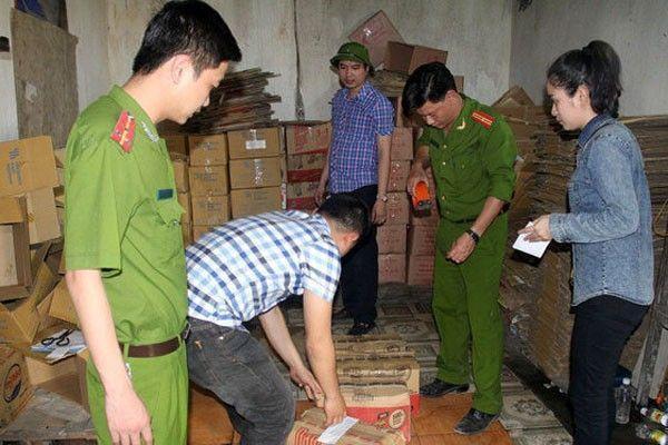 """Lực lượng chức năng kiểm tra và niêm phong số hàng là """"giấm"""" tại cơ sở của bà Kim."""