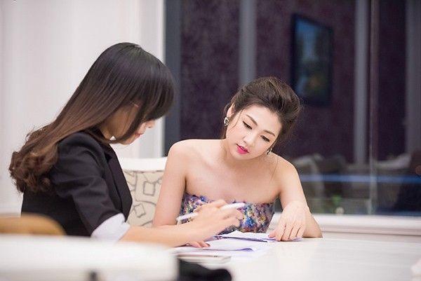 Tú Anh tập trung đọc kỹ kịch bản MC. Đây là lần đầu tiên cô đảm nhận vai trò MC nên tỏ ra khá lo lắng, hồi hộp.
