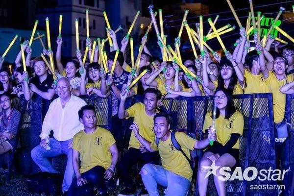 Phía dưới sân khấu, chồng Thu Minh cùng các fan hâm mộ dường như đang 'cháy' hết mình cùng cô.