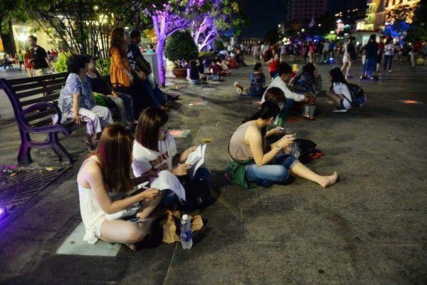 Bày biện ăn uống và ngồi bệt khắp nơi ở phố đi bộ Nguyễn Huệ