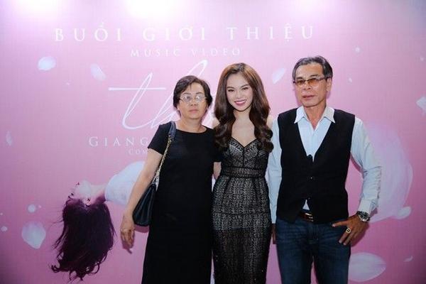 Ba mẹ cua rGiang Hồng Ngọc cũng đến chung vui trong ngày ra mắt Thôi.