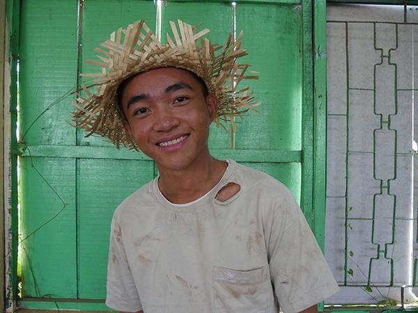 Mặt dù khá vất vả nhưng Trung Quang vẫn tươi cười và hào hứng với thử thách của ê-kíp.