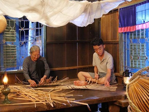 Trong phim ngắn, nghệ sĩ ưu tú Phi Điểu đóng vai bà ngoại của Trung Quang.