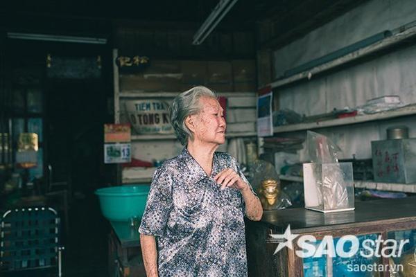 bà Kha Quyên năm nay đã ngoài 80 tuổi, là chủ nhân đời thứ 2 của tiệm trà Ô Tòng Ký nức tiếng một thời.