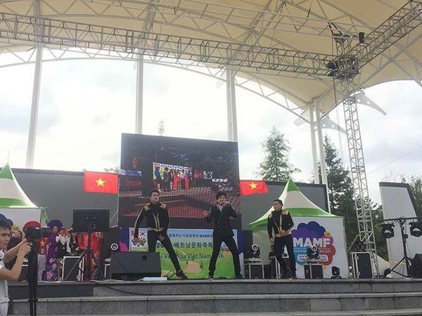 Đan Trường đã biểu diễn hơn 60 phút, và làm khán giả tại Lễ hội cuồng nhiệt theo từng bài hát.