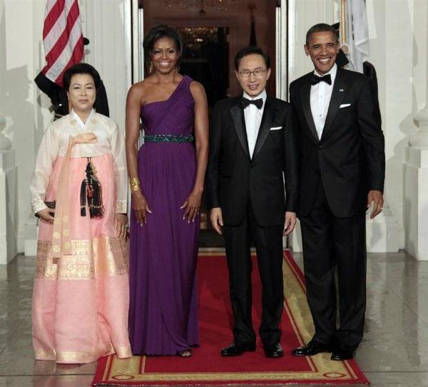 Trong quốc yến chiêu đãi Tổng thống Hàn Quốc Lee Myung Bak được tổ chức vào ngày 13/11/2011, ông Obama và người đồng cấp của mình đã đề cập đến nhiều vấn đề quan trọng. TRong đó có tình hình hạt nhân trên bán đảo Triều Tiên cũng như mối quan hệ lâu Mỹ - Hàn. Trong buổi quốc yến này, bộ hanbok truyền thống của Đệ nhất phu nhân Hàn Quốc Kim Yoon Ok đã tạo điểm nhấn khá độc đáo cho buổi tiệc theo phong cách phương Tây.