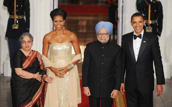 Ngày 24/11/2009, Tổng thống Obama đã chủ trì buổi quốc yến đầu tiên trên cương vị Tổng thống chiêu đãi Thủ tướng Ấn Độ Manmohan Singh. Do Thủ tướng Ấn Độ là người ăn chay nên trong thực đơn của buổi tiệc, các món ăn đa phần là cà ri và các món chay theo phong cách Ấn. Chi phí dành cho buổi quốc yến này tổng cộng 570.000 USD