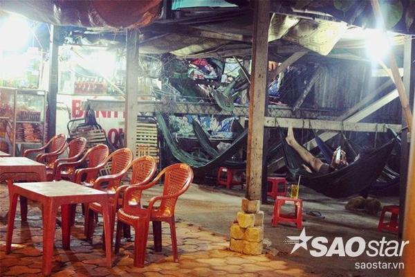 Những quán cà phê võng luôn mở thâu đêm để khách lỡ đường có được nơi chợp mắt.
