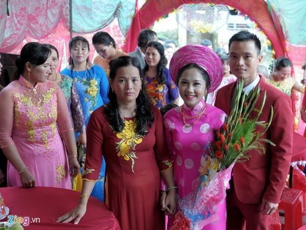 Hà tâm sự, anh là nhân viên kinh doanh lĩnh vực điện máy, vợ là Lâm Thị Kim Liên (23 tuổi, cùng quê Phú Yên) làm nghề truyền thông giải trí, đều công tác tại TP.HCM. Đôi bạn trẻ gặp, yêu nhau tại TP.HCM, đến tháng 11 này trở về quê kết hợp lại trùng khớp đợt mưa lũ lớn tràn về.