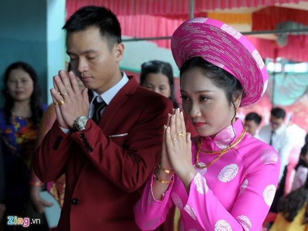 Nhà không may bị sập trong lũ, trong ngày lễ tân hôn, chú rể nguyện cầu dù cuộc đời muôn vàn trắc trở, hai vợ chồng vẫn mãi mãi hạnh phúc bên nhau.