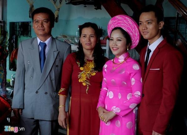 Vợ chồng ông Hải bên đôi vợ chồng trẻ Nguyễn Hữu Hà- Lâm Thị Kim Liên.