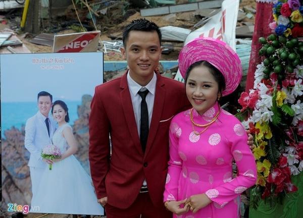 Đôi vợ chồng trẻ chụp ảnh cưới ngay trên nền căn nhà sập đổ nát.