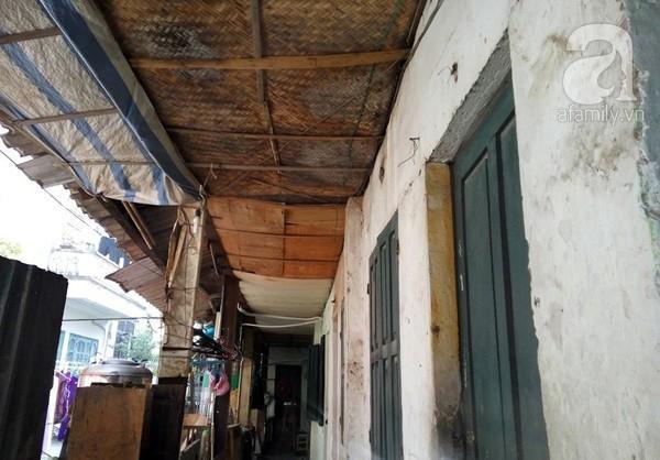 Cót ép, bạt, gỗ ép được tận dụng để che chắn mưa gió và bụi cho khu tập thể.