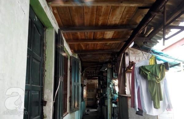Dãy đối diện trên tầng 2 người dân cũng buộc phải dùng gỗ để đỡ mái nhà.
