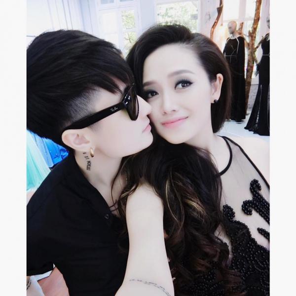 """Những hình ảnh thân mật ngọt ngào thường thấy trên trang cá nhân của Lin và Trang.  Jay Lin tên thật là Lê Thảo Linh, hiện đang làm D.J cũng như kinh doanh tại nhà. Trên trang cá nhân, 2 người thường đăng nhiều bức hình tình cảm, khoe hạnh phúc khiến nhiều người ghen tị. Cặp đôi """"trai xinh"""" gái đẹp này nhanh chóng được mọi người chúc phúc, ủng hộ. Con số hơn 250 nghìn người theo dõi trên Facebook phần nào cho thấy sự quan tâm và yêu mến mà cư dân mạng dành cho 2 cô gái."""