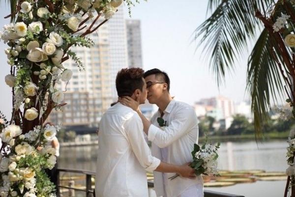 Bạn trai anh tên là Luân Trần, quê ở Vũng Tùng và đang làm trong lĩnh vực tổ chức sự kiện. Lê Việt là cái tên nổi tiếng trong nghề múa dân tộc cũng như làm đạo diễn cho nhiều chương trình văn hóa nghệ thuật lớn nhỏ. Lễ cưới đã diễn ra khá đơn giản trong không khí ấm cúng với những bạn bè thân thiết thành tâm chúc phúc cho cặp đôi.