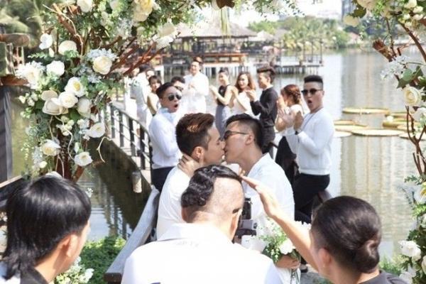 Đám cưới diễn ra ấm cúng trong sự chúc phúc của bạn bè, người thân