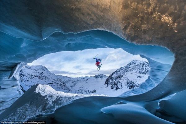 Một vận động viên thực hiện cú bay trên một hang băng cao gần 3.000m trên dãy Alps. Ảnh chụp ở Pitztal Galcier, Áo