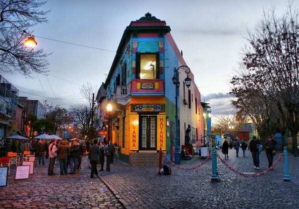 Caminito (Argentina): Những con đường ở Caminito nằm dọc theo bến cảng La Boca (phía đông nam thủ đô Buenos Aires) vô cùng nổi bật nhờ những mảng tường nhiều màu sắc rực rỡ. Ảnh: Argentina-travel-blog.