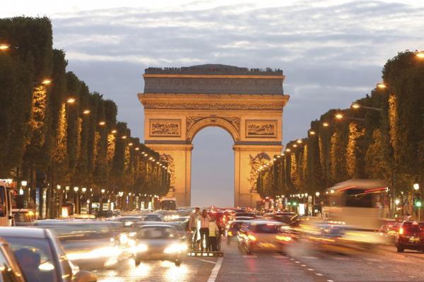 Đại lộ Champs Elysee (Pháp): Được coi là đại lộ đẹp nhất thế giới, Champs Elysee là niềm tự hào của người dân thành phố Paris. Ảnh: Timeout.
