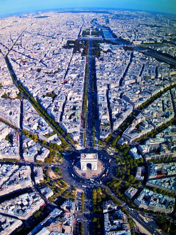 Con đường nối hai quảng trường lớn là Concorde và Étoile, với Khải Hoàn Môn nằm ở trung tâm. Nơi đây thu hút hơn 300.000 lượt khách du lịch mỗi ngày. Ảnh: Imgur.