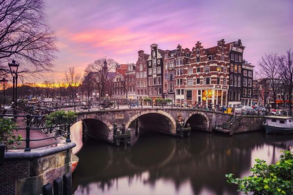 Đường ven kênh Brouwersgracht (Hà Lan): Đất nước Hà Lan không chỉ nổi tiếng với hoa tulip hay cối xay gió, mà còn bởi hệ thống kênh rạch chằng chịt ở thủ đô Amsterdam. Ảnh: Flickr.