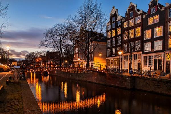 Những con đường ven dòng kênh Brouwersgracht vô cùng lãng mạn, và đặc biệt lộng lẫy mỗi khi đêm về. Ảnh: Flickr.