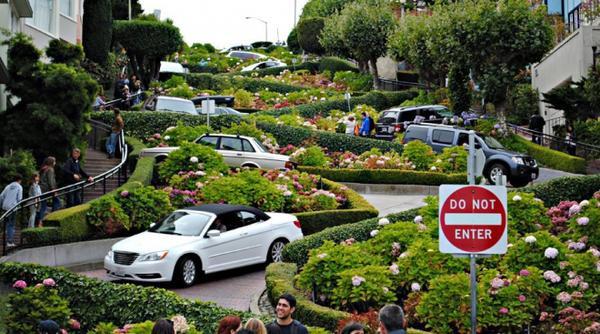Lombard, California (Mỹ): Nằm ở phía tây thành phố San Francisco, Lombard Street nổi tiếng vì có một đoạn đường phố rất dốc, ngoằn ngoèo và trồng đầy hoa cẩm tú cầu. Ảnh: Lauren Matthews.