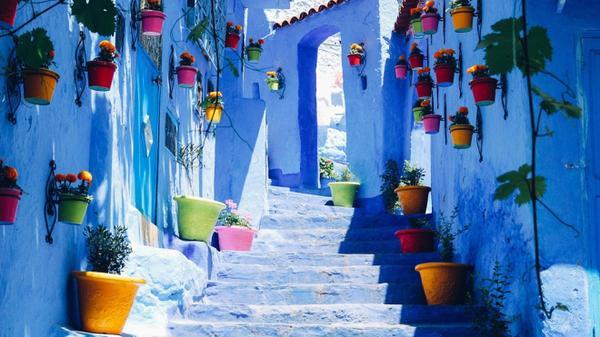 Chefchaouen (Morocco): Đặt chân tới thành phố Chefchaouen, khách du lịch rất dễ bị lạc đường bởi tất cả mọi thứ, từ mặt đường cho đến mái nhà, đều được sơn màu xanh với nhiều sắc độ. Ảnh: Thebackpackers.