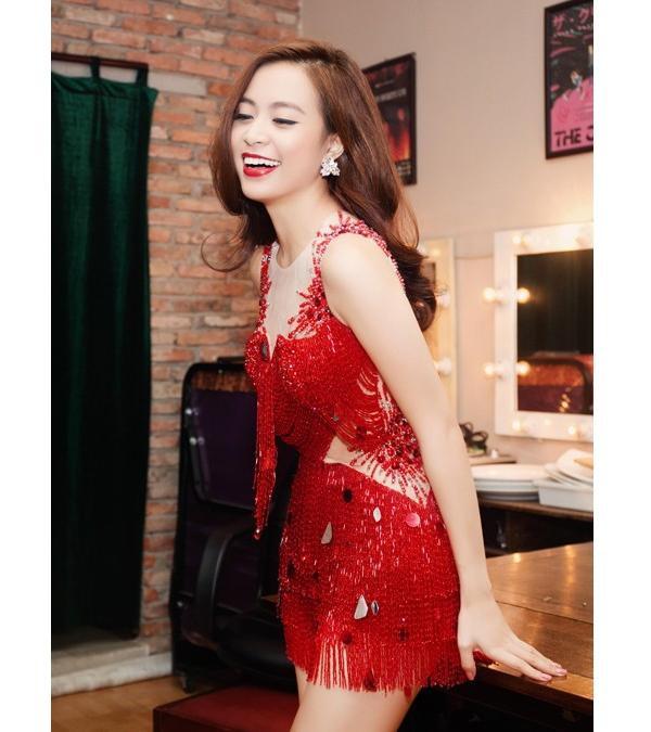 Trên các sân khấu âm nhạc, nữ ca sĩ cũng luôn chọn gam màu đỏ khi hòa phối trang phục.