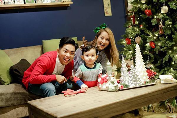 Vợ chồng Khánh Thi - Phan Hiển vừa cùng con trai thực hiện bộ ảnh Giáng sinh đặc biệt.