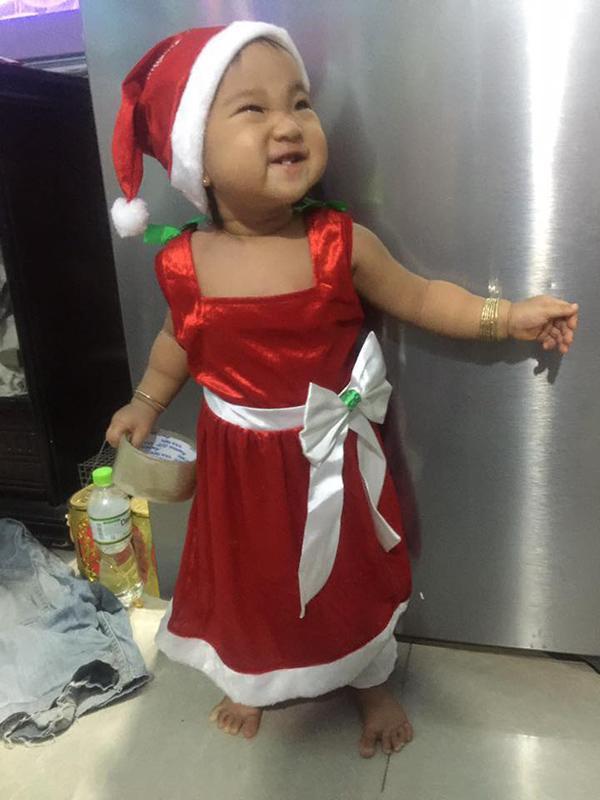 Con gái Hiếu Hiền được hóa trang làm bà già Noel.