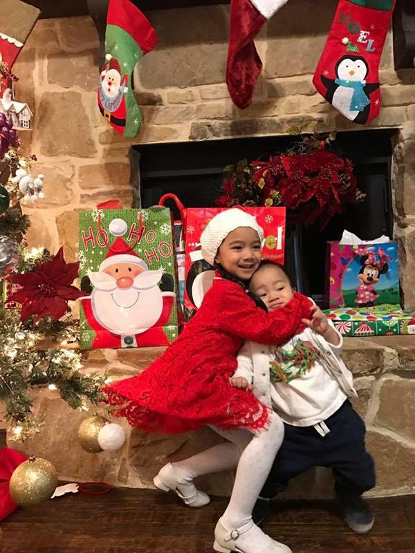 Hai thiên thần nhà ca sĩ Hồng Ngọc có vẻ rất hào hứng với những món quà của ba mẹ.