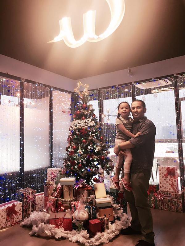 Bé Bella - con gái Phạm Quỳnh Anh và Quang Huy lại sung sướng khi thấy cây thông rất to cùng những món quà đặc biệt được bố mẹ chuẩn bị.