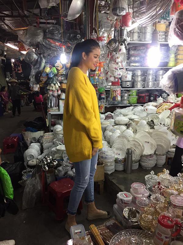 Chỉ 1 năm sau Hoa hậu Hoàn vũ, có ai nghĩ Phạm Hương phải ra chợ quê mua đồ?