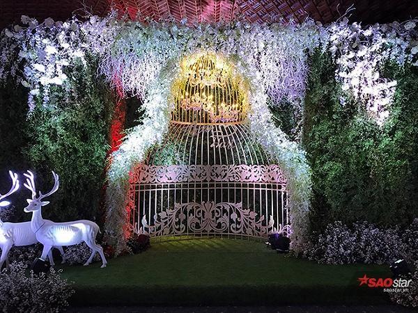 Không gian cưới như cổ tích  Tiệc cưới của Trấn Thành - Hari Won được tổ chức tại một trung tập tiệc cưới 5 sao ở TP HCM, đây cũng là nơi tổ chức nhiều đám cưới xa hoa của sao Việt. Được biết, cặp đôi đã bỏ ra hơn 2 tỷ đồng để trang trí đám cưới.  Ngay khi vừa bước vào, quan khách sẽ chìm đắm trong không gian tiệc cưới được trang hoàng lộng lẫy với hơn 30.000 viên pha lê, 30.000 bông hồng, 1.440 cây nến, chưa kể bàn tiệc được thiết kế cong mềm mại theo phong cách Hoàng gia Anh.