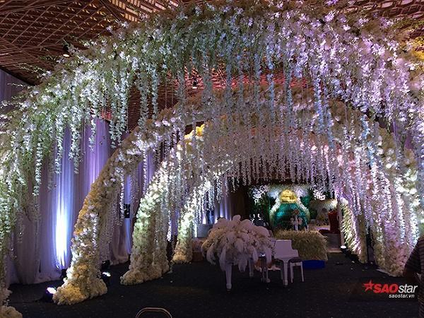 Không gian tiệc cưới được trang trí lộng lẫy.