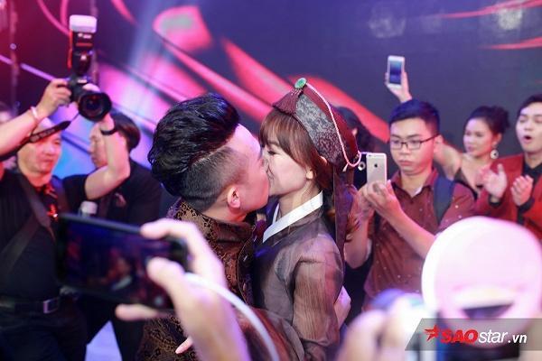 Cô dâu - chú rể liên tục trao nhau nụ hôn ngọt ngào.