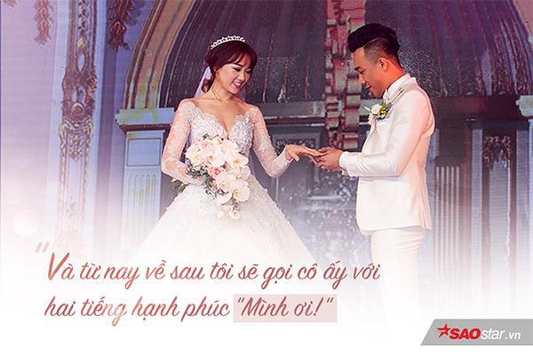 Không giống như nhiều đám cưới khác thì cô dâu sẽ phải rơi lệ nhưng Hari Won vẫn nở nụ cười rạng rỡ, cô không khóc mà tỏ ra khá mạnh mẽ! Cô hết lau nước mắt cho chồng rồi lại nắm chặt tay và ôm Trấn Thành đầy tình cảm. Vâng, người yếu đuối ở đây không ai khác lại là chú rể Trấn Thành.